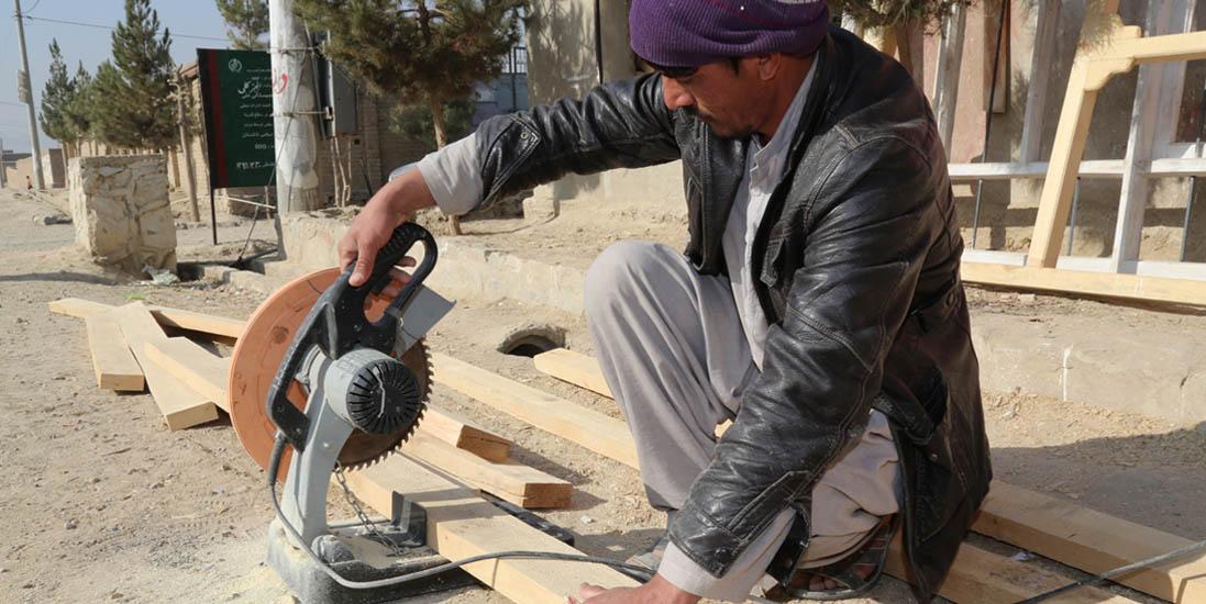 Nu kan jeg arbejde – Ajab Khans historie efter seks måneders erhvervsuddannelse som tømrer i DACAAR, der støtter små virksomheder