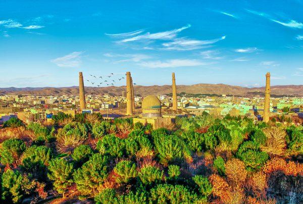 Billedet er fra frodige Herat i Vestafghanistan med de verdensberømte, gamle minareter. Området er magnet or klimaflygtninge, men en af udfordringerne er netop hygiejnen.